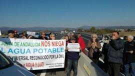 Parcelistas de Córdoba cortan la N-432 más de una hora para reclamar agua y luz