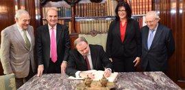 El embajador de Cuba en España anima a los empresarios a usar fondos de contravalor para invertir