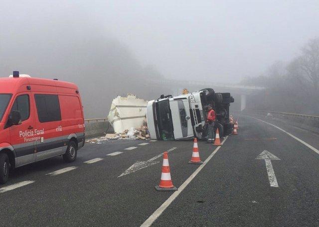 Camión accidentado en Sunbilla.