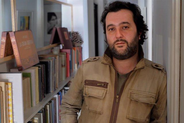 El escritor Álvaro Colomer, autor de 'Aunque caminen por el valle de la muerte'