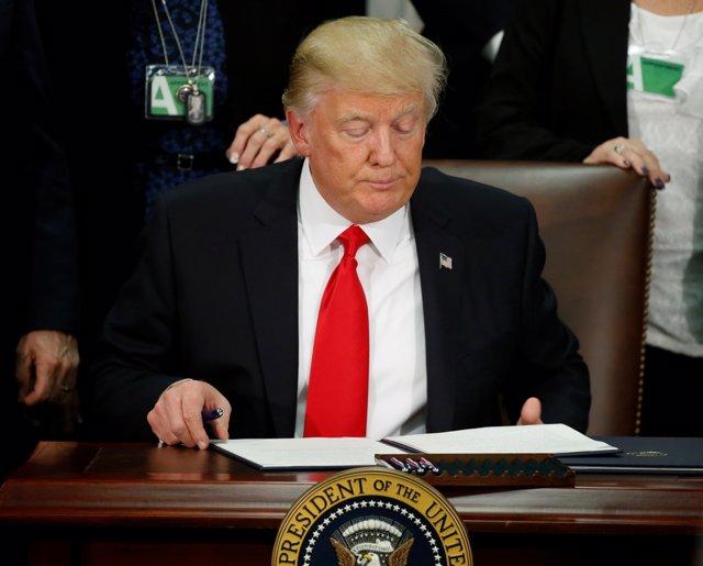 Donald Trump autoriza la construcción del muro con México