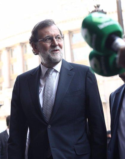 """Rajoy augura descensos de la luz porque """"va a llover"""" y descarta medidas adicionales"""