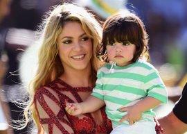 Shakira y Piqué visitan de nuevo un centro de salud con su hijo Milan
