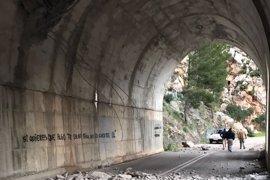Un desprendimiento en un túnel obliga a cerrar la carretera entre Estellencs y Andratx