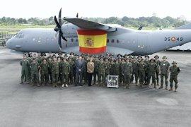 """Cospedal felicita en Gabón a los militares que defienden la seguridad de los españoles """"a tantísimos kilómetros de casa"""