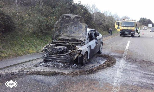 Incendio de vehículo en Soto del Barco
