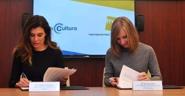 Susana Gato y Beatriz Navarro firman el convenio entre Atresmedia y Fnac