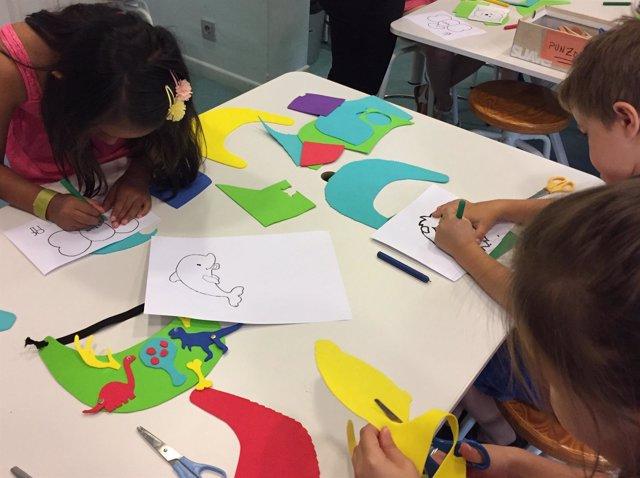 Varios escolares participan en los talleres y visitas