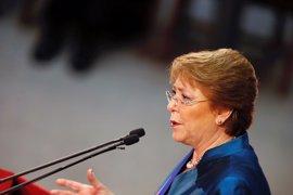 """Bachelet pide que no se utilicen los incendios para sacar """"pequeñas ventajas políticas"""""""