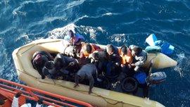 Dieciocho rescatados, entre ellos un bebé, en una embarcación en el Estrecho