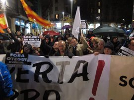 Medio centenar de personas protestan contra el acto de Otegi en Barcelona