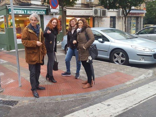 La delegada Clara Macías visita obras en la barriada de El Cerezo de Sevilla