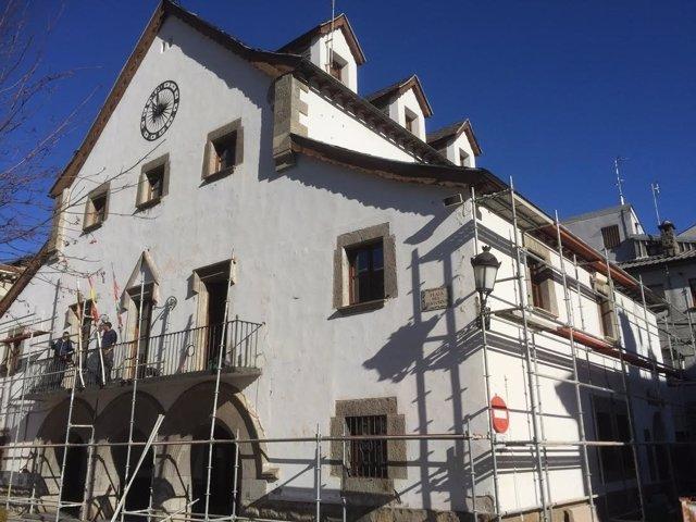 Andamios para rehabilitar el Ayuntamiento de Biescas