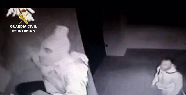 Los dos detenidos intentando entrar en un domicilio