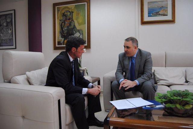 Francisco Abril con el delegado del Gobierno