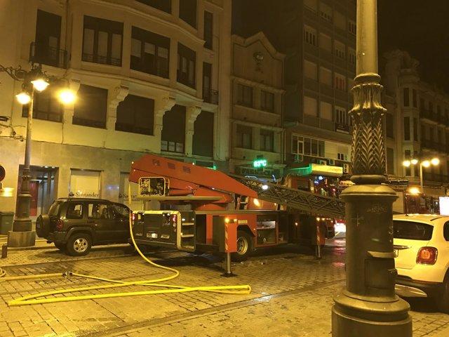 Los bomberos trabajan para sofocar el incendio en el edificio de León