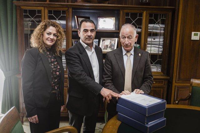 Gabriel Amat ha entregado a La Mojonera el proyecto de la parada.