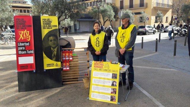Amnistía Internacional recogiendo firmas