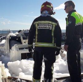 Bomberos de Marbella sofocan un incendio de una embarcación en el puerto de Cabopino