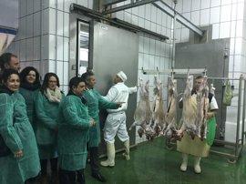 Reyes destaca la importancia del matadero de Noalejo para la creación de empleo y la economía local
