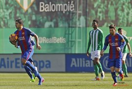 El Betis frena al Barça y Luis Suárez rescata un punto