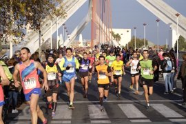 """Más de 8.000 corredores participan en el """"multitudinario"""" EDP Medio Maratón Sevilla 2017"""