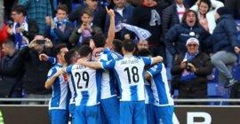 El Espanyol derrota a un Sevilla con diez y el Athletic remonta al Sporting