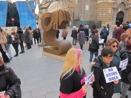 """Asociaciones de mujeres piden retirar la escultura 'Víctima' porque """"no nos representa"""""""