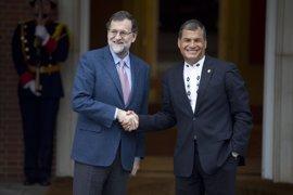 Rajoy pasa revista a la actualidad latinoamericana con el presidente Correa