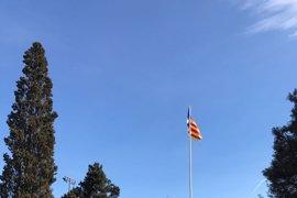 Sant Cugat repone la 'estelada' en el mismo lugar mientras estudia la resolución judicial