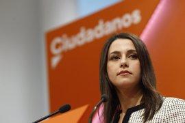 """Arrimadas dice que si hay elecciones en Cataluña, C's sumará con otros """"partidos y personas"""" que respeten la ley"""