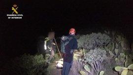 La Guardia Civil, con ayuda de un pastor, rescata a un parapentista en el acantilado de Teno