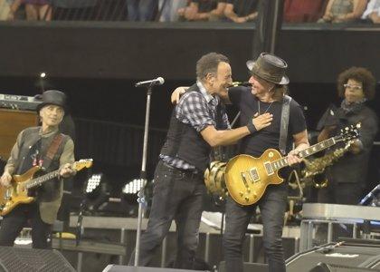 Richie Sambora se une a la E Street Band de Bruce Springsteen durante un concierto en Australia