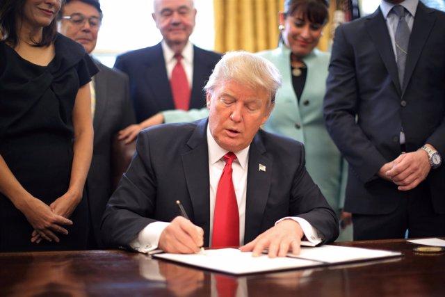 Donald Trump firma una orden ejecutiva junto a empresarios