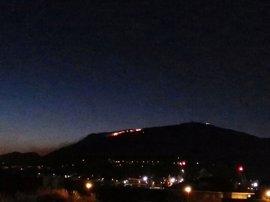 Se mantiene activo el incendio en Pisueña y aparece un nuevo foco en Peña Cabarga