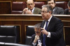 """Zoido responderá este martes en el Congreso sobre la """"precaria situación salarial"""" en la Guardia Civil"""