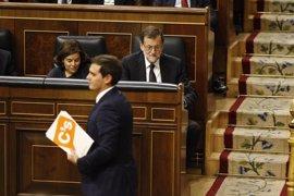 """Rivera insta a Rajoy a no tapar la """"basura"""" del rescate bancario y el presidente replica que hizo como la UE"""