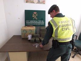 Detenido en Guarromán (Jaén) circulando con 60 kilos de hachís ocultos en su vehículo