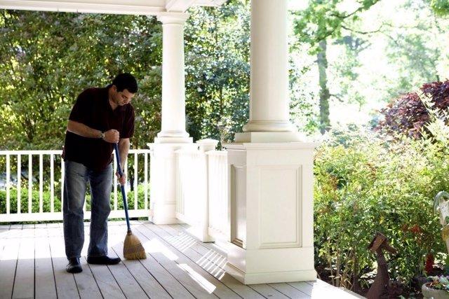 Un hombre realizando tareas domésticas