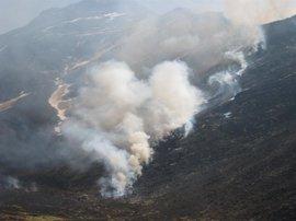 Casi una treintena de incendios forestales están activos en Cantabria, la mayoría en zonas altas
