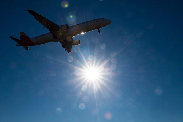 Avión, sol, volando
