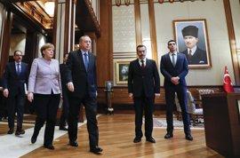Merkel defiende la libertad de expresión durante su primera visita a Turquía tras la intentona golpista