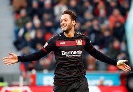 Calhanoglu, del Bayer Leverkusen, no jugará frente al Atlético por la sanción de cuatro meses de la FIFA