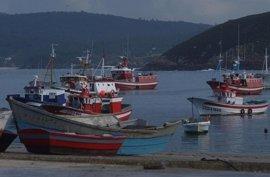 La flota gallega permanece amarrada por el temporal que mantiene el litoral en riesgo extremo por oleaje