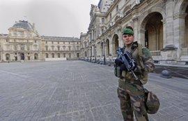 """Militares franceses abaten a un hombre que intentaba entrar en el Louvre al grito de """"Alá es grande"""""""