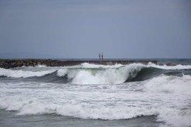 Vientos huracanados y precipitaciones copiosas seguirán todo el fin de semana aunque las olas remitirán