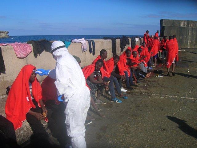 Inmigrantes rescatados de una patera en isla de Alborán