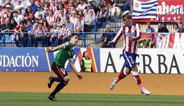 Atlético de Madrid - Athletic Club. Griezmann recibe de cabeza