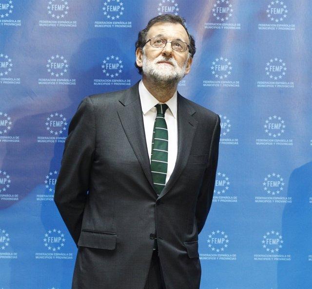Mariano Rajoy mirando hacia arriba