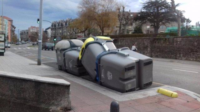 Contenedores movidos en Santander por el viento